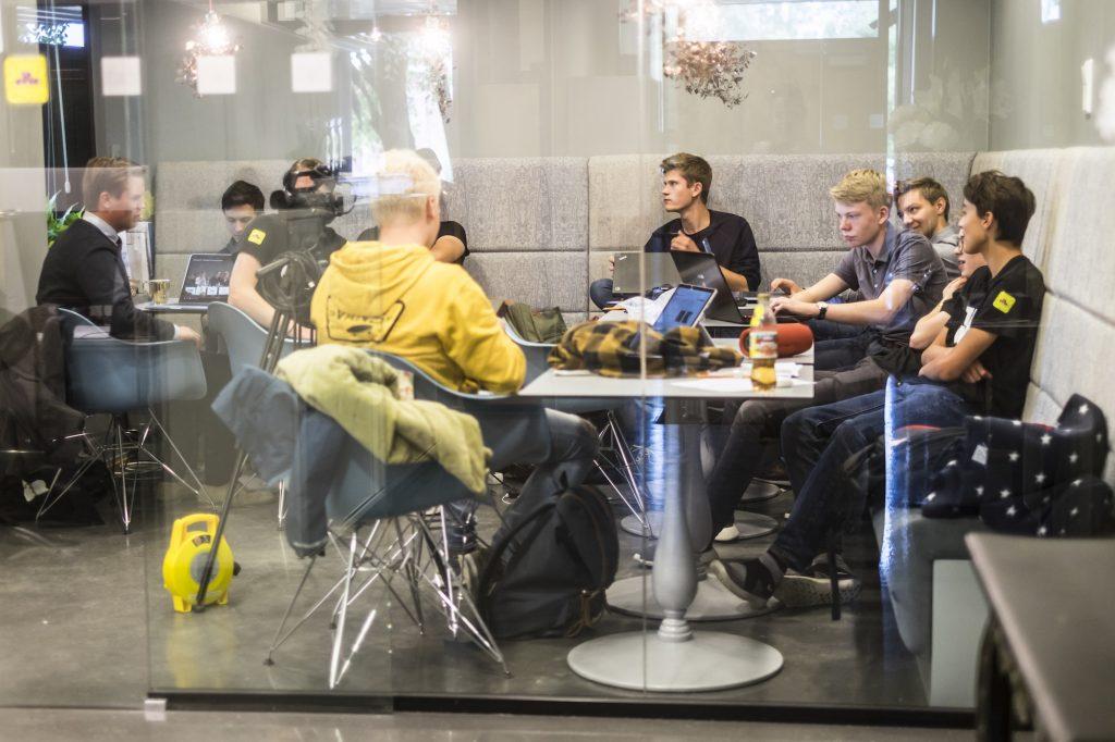 PÅ INSTA OG SNAP: Hver morgen møtes elevenes egen kommunikasjonsgruppe for å legge planer for nye fremstøt på sosiale medier. Elevene fikk også kontroll over museets nettsider. FOTO: BJØRG HEXEBERG / EIDSVOLL 1814