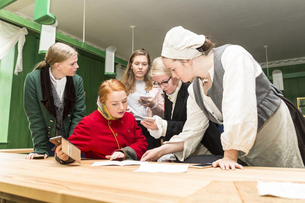 SLAGPLANEN KLAR: Siste faktasjekk på google før elever kledd i kostymer fra 1814 går for å spille historiske rollefigurer i Eidsvollsbygningen under Ta over 2017. FOTO: BJØRG HEXEBERG