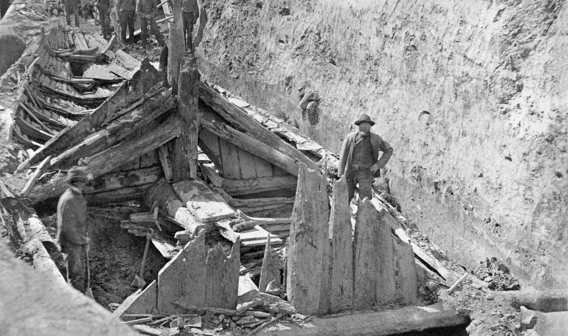 UTGRAVING: Gokstadskipet blir funne på garden Gokstad i Sandefjord 1879. Våren etter starta den arkeologiske utgraving av Gokstadskipet. Foto: UiO