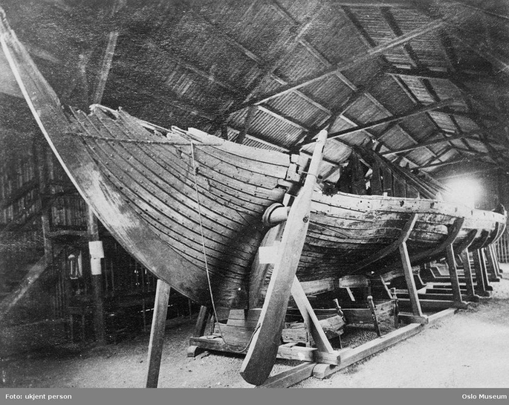 Vikingskipa vert lenge oppbevart i provisoriske bygg ved universitetet i Oslo, i universitetshagen. Foto: ukjent person/Oslo Museum