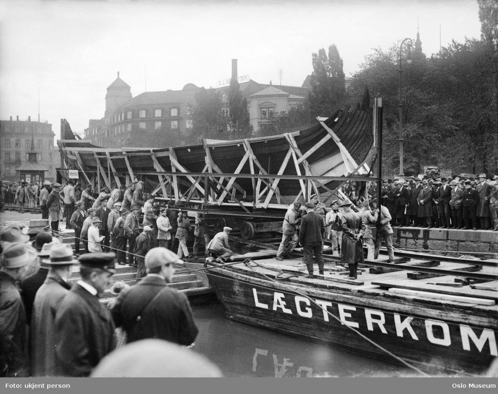 1926 Vikingskipa vert frakta på lekter over Oslofjorden til Bygdøy. Foto KHM