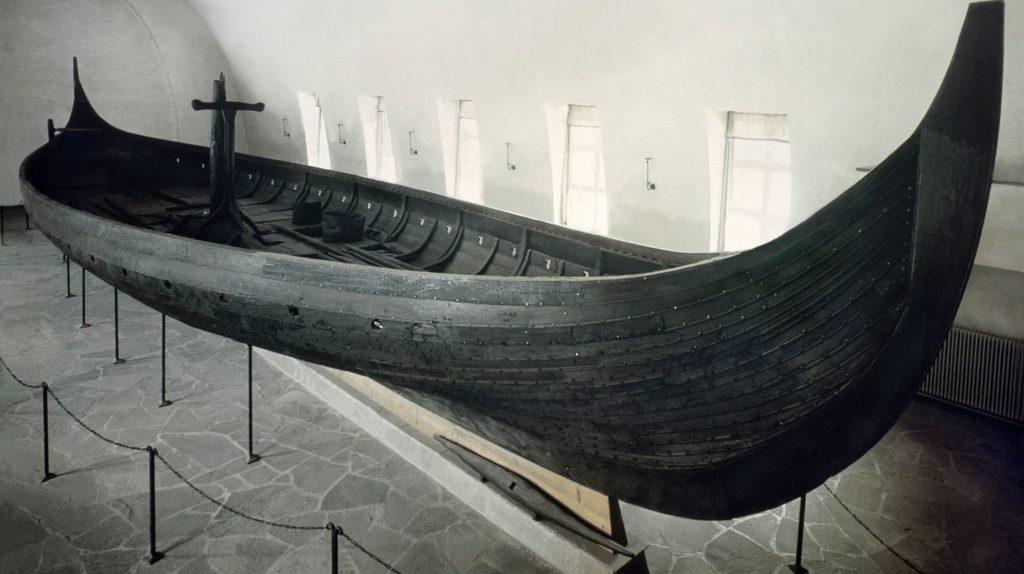GOKSTADSKIPET i Vikingskipsmuseet. Eldre foto, ukjent fotograf.