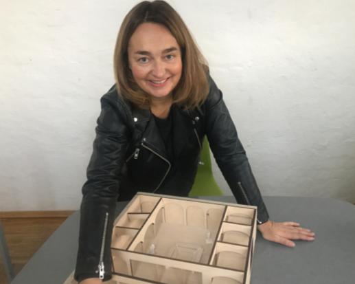 Liv Astrid Sverdrup med modell av utstillingsrommet. Foto: Nobels Fredssenter