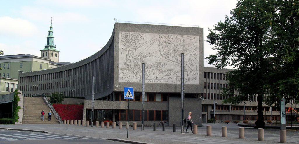 SKAL RIVES: Y-blokka er en del av regjeringskvartalet og ble skadet under terrorangrepet 22. juli 2011. Blokka er tegnet av Erling Viksjø og ble oppført i 1969. Regjeringen har vedtatt at bygningen skal rives. De to kunstverkene i sandblåst betong på fasaden – «Fiskerne» (bildet) og «Måken» – er utført etter tegninger av Pablo Picasso. Verkene skal bevares. Foto: Wikipedia
