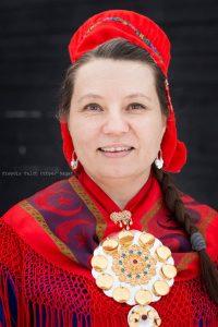 Portrettfoto av dame med nordsamisk kofte