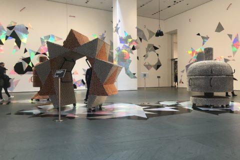 Utstillingsrom med skulpturer og veggdekor. Mange av elementa er håndtak.