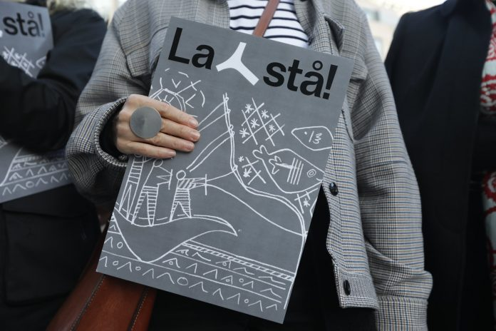 Bilde av person som holder en folder med teksten