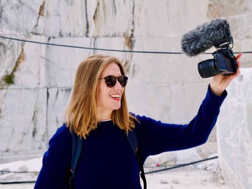 Bilde av kvinne med solbriller som filmar seg sjølv