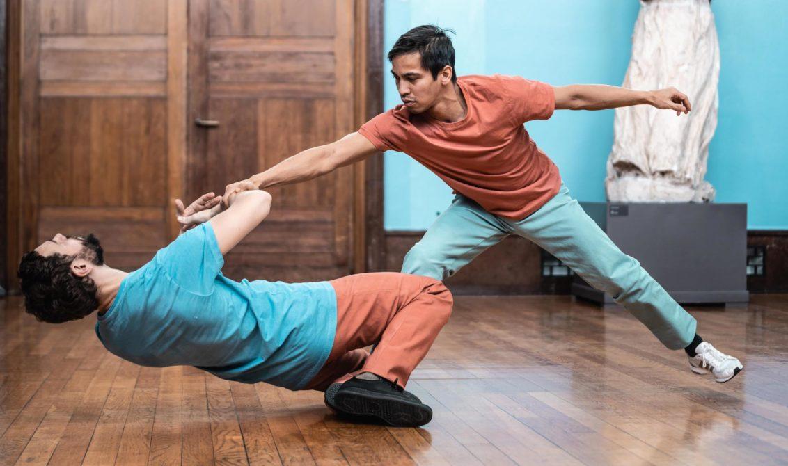 Foto av to dansere inne på vigeland-museet