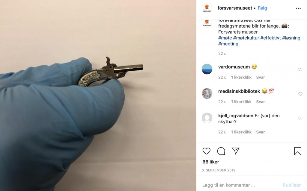 Skjermbilde av instagrampost med bilde av ei hånd med blå hansker som held ein bitteliten pistol
