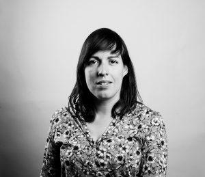 Svart hvitt portrettfoto av kvinne