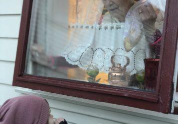 Oldemor-og-oldebarn-sender-klemmer-gjennom-vinduet-357x250.jpg