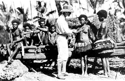 """svart-hvitt foto av mann sammen med """"innfødte"""""""