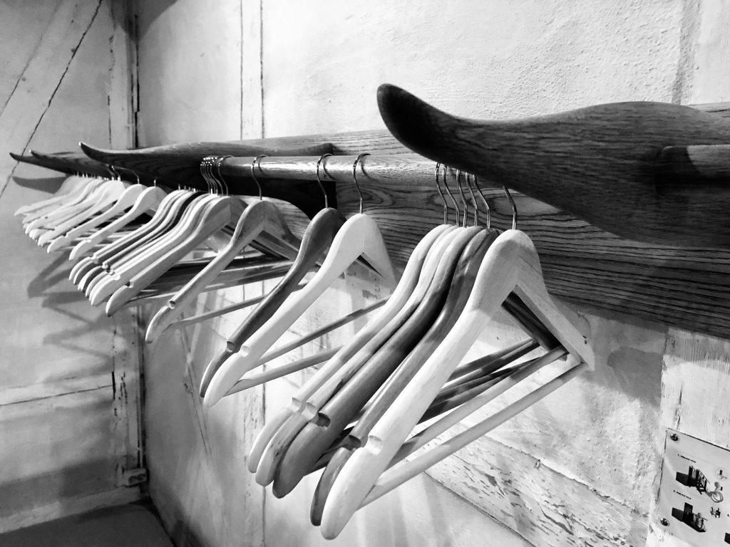 Svart hvitt: tomme kleshengere i garderobe