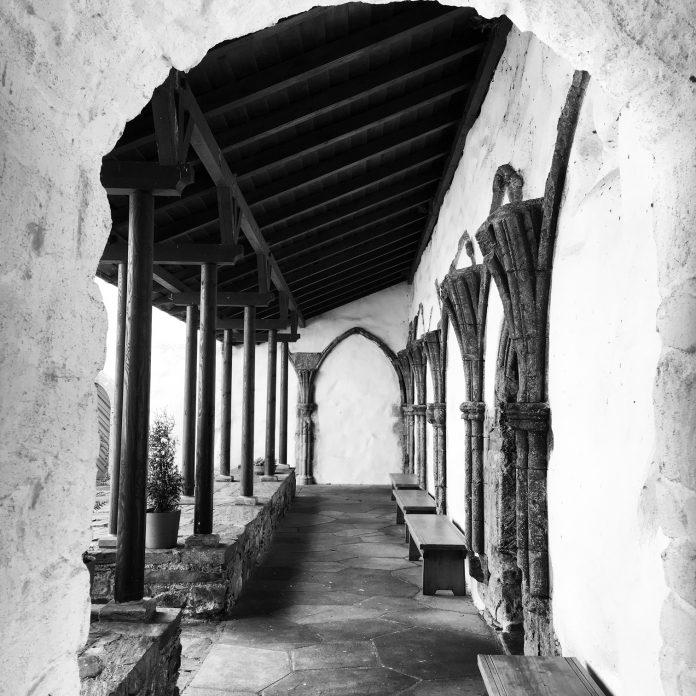 Svart hvitt foto av korsang ved middelalderkloster