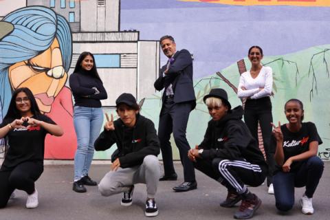 Kulturminister Abid Raja og seks ungdommer som poserer på leken måte