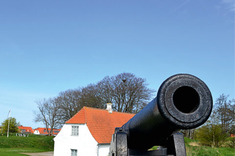 Kanon fotografert forfra, med museumsbygning i bakgrunnen