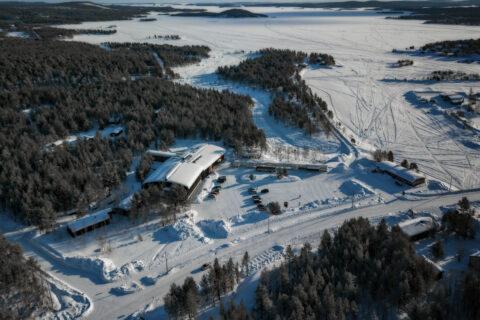 Dronefoto av museum og snølandskapet rund