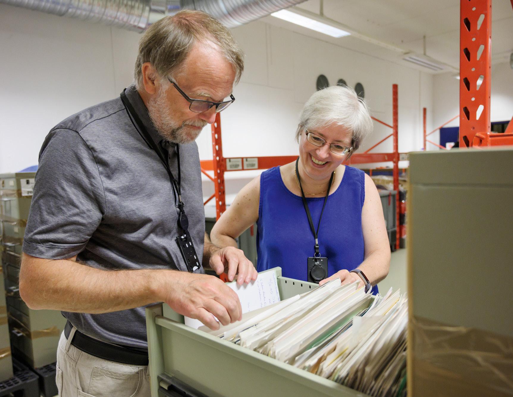 Edvardsen og Myrbakk står ved en åpen arkivskuff