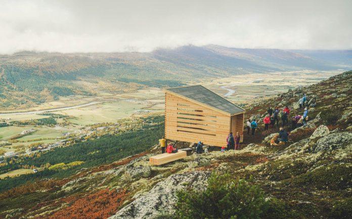 Lita hytte på utsiktspunkt i fjellet