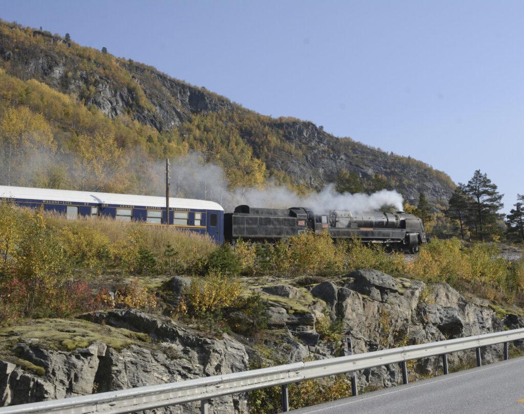 Tog med damplok gjennom Romsdalen