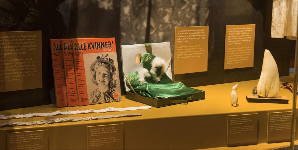 Detaljbilde fra utstillingen med noen gjenstander og blader