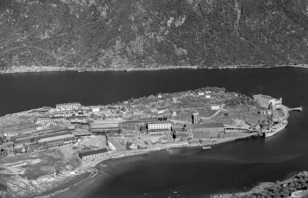 Svart-hvitt historisk oversiktsbilde av Odda