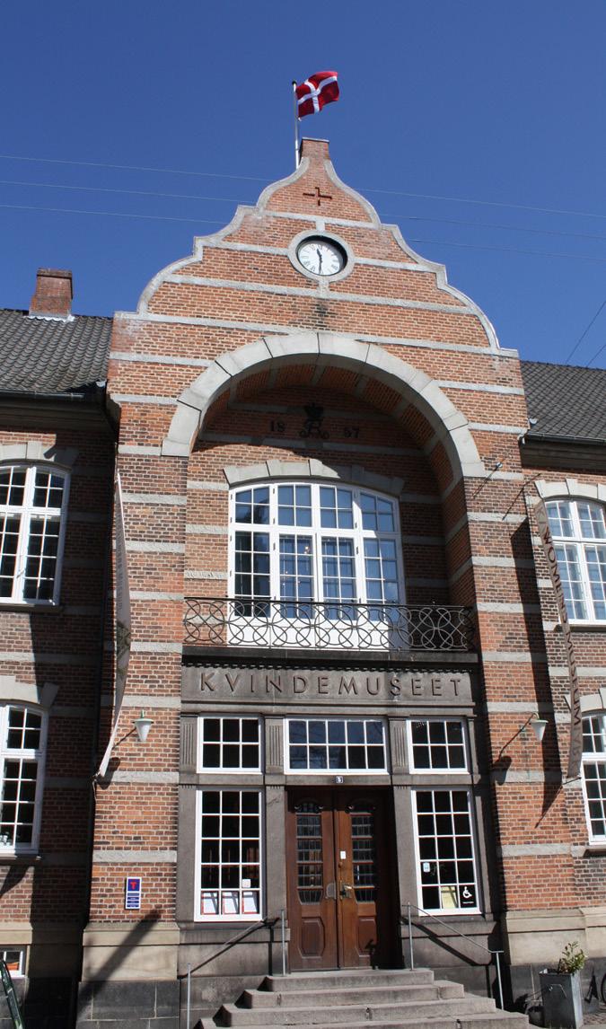 Inngangsparti til bygning, med skilt: Kvindemuseet