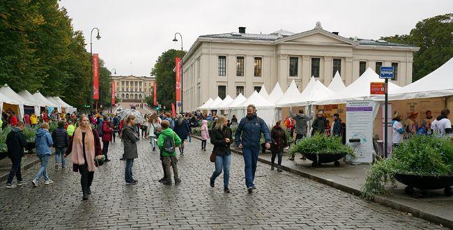 Karl Johans gate i Oslo deler av universitetsbygningen og med masse folk