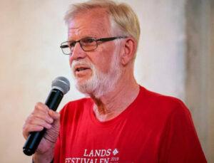 Portrett av mann med mikrofon i handa
