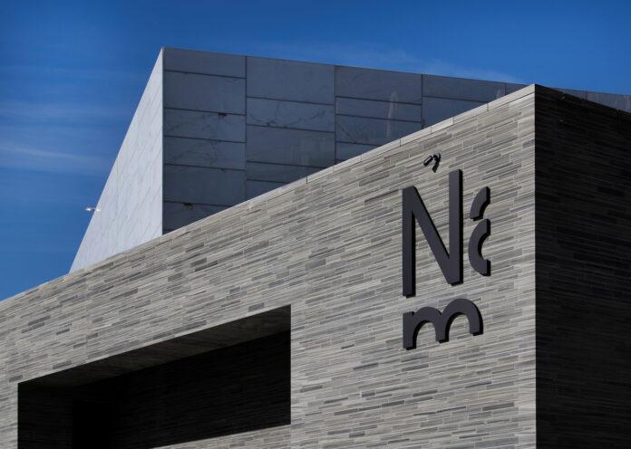 Utsnitt av bygning - Nasjonalmuseet - med synlig logo: Nam