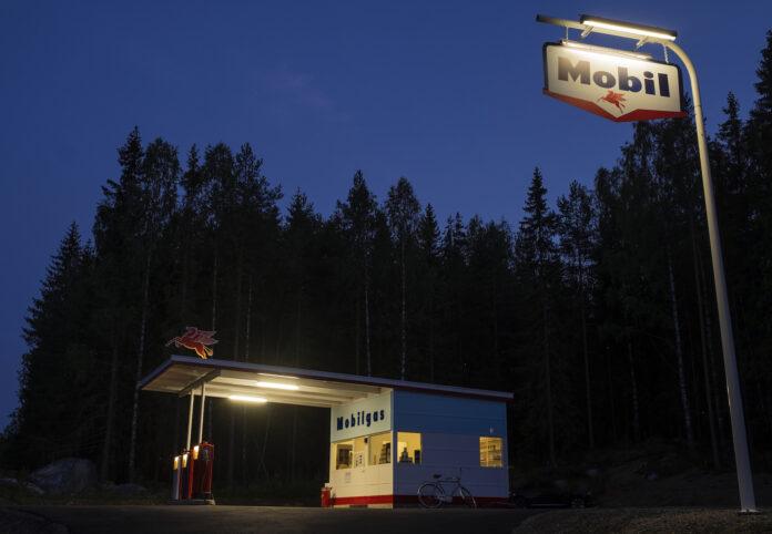 Foto av funkis-bensinstasjon i kveldslys