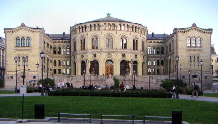 Foto av Stortingsbygningen sett fra Eidsvolls plass